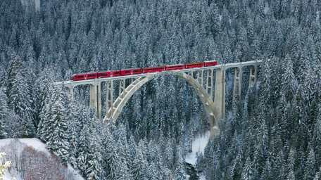 2013-12-25_FR-FR8079159184_Train-des-Chemins-de-fer-rhC3A9tiques-passant-sur-le-viaduc-de-Langwies-Suisse
