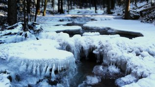 2014-01-15_EN-AU9732244175_Icy-creek-in-Bavarian-Forest-National-Park-Germany_1920x1080