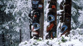 2014-01-19_EN-CA10827068654_Totems-of-Thunderbird-Park-in-winter-Victoria-Vancouver-Island-British-Columbia_1920x1080